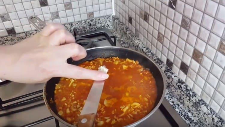 В самом конце добавляем в соус чеснок.