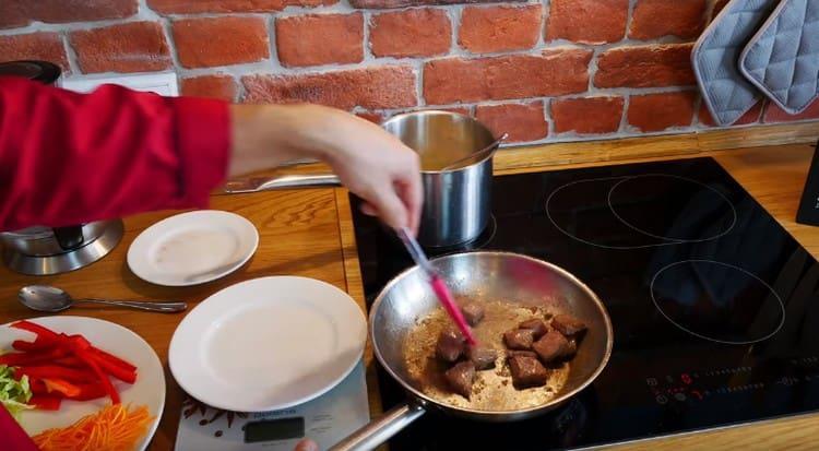 Выкладываем на сковороду мясо обжариваться.