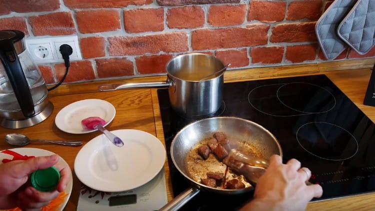 Добавляем к мясу соевый соус.