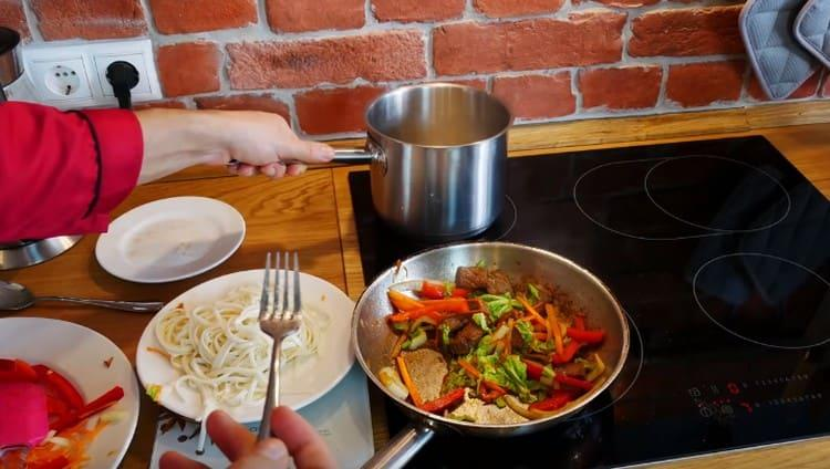 Добавляем на сковороду овощи.