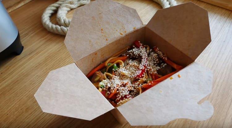 Приготовленная по этому рецепту лапша вок будет смотреться очень оригинально, если подать ее в коробочке.