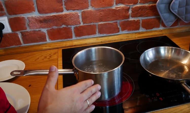 В кастрюльке доводим до кипения воду.