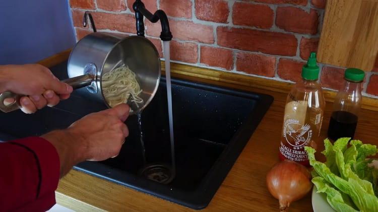 Отваренную лапшу нужно промыть.