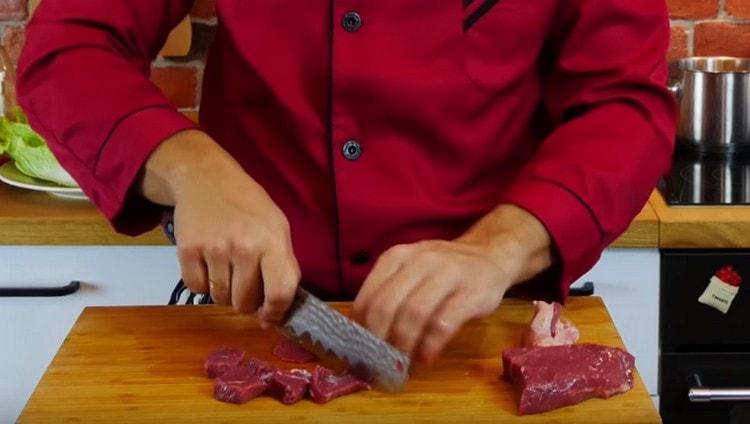 Нарезаем кусочками говядину.