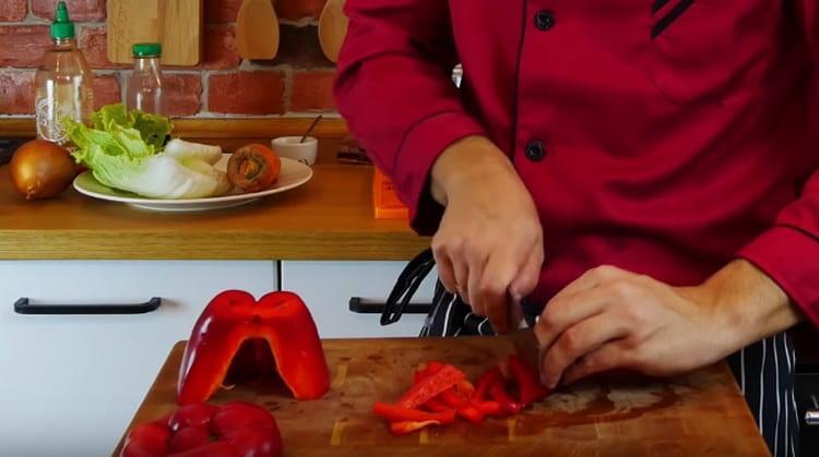 Соломкой нарезаем также болгарский перец.