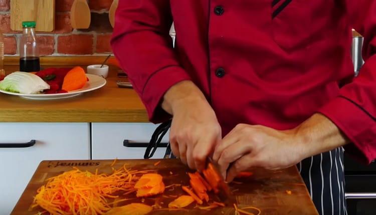 Соломкой режем морковь.