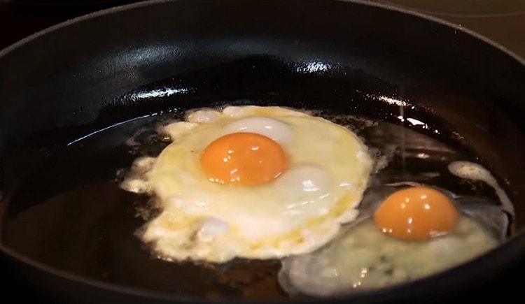 Отдельно жарим яичницу глазунью.