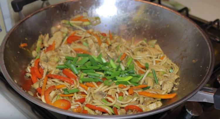 Перемешиваем удон с курицей и овощами, добавляем зеленый лук.