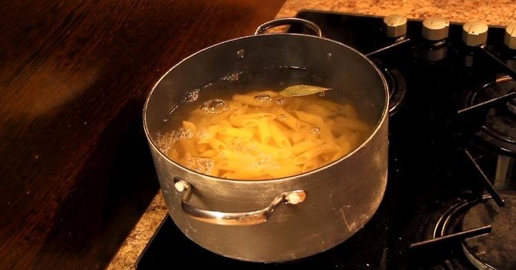 Выкладываем в кастрюлю макароны, варим до готовности.