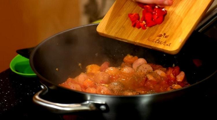 Выкладываем на сковороду перец чили.
