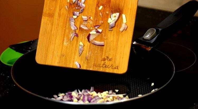 Измельченный лук выкладываем обжариваться на сковороду.
