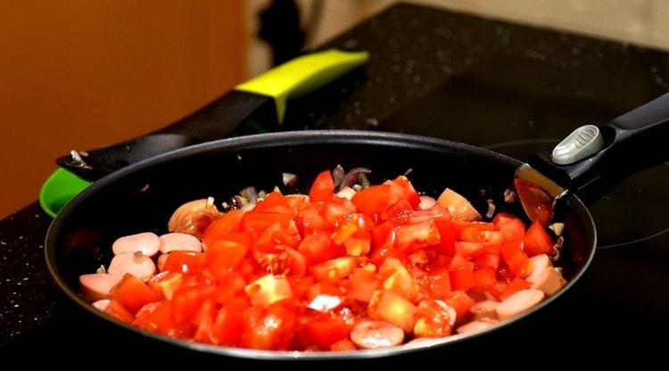Добавляем на сковороду нарезанные кусочками помидоры.