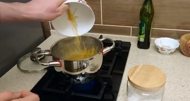 В кипящую воду выкладываем спагетти и варим.