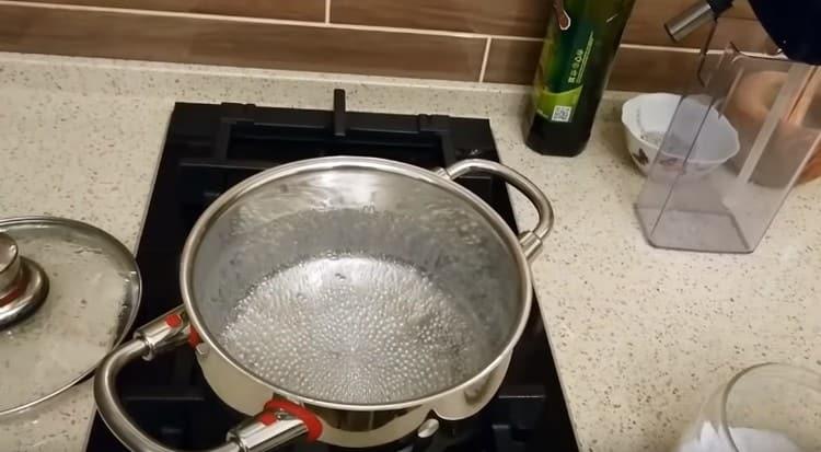 Доводим воду до кипения, добавляем соль.