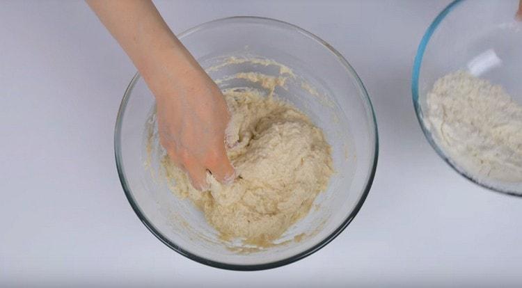 Замешиваем липковатое тесто, подсыпая муку.