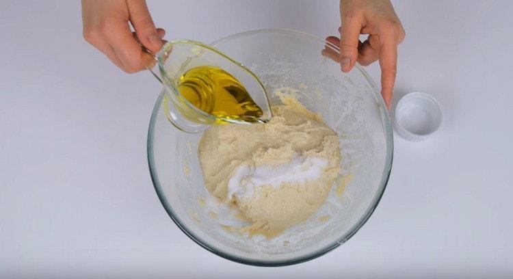 Добавляем в тесто соль, а также оливковое масло.