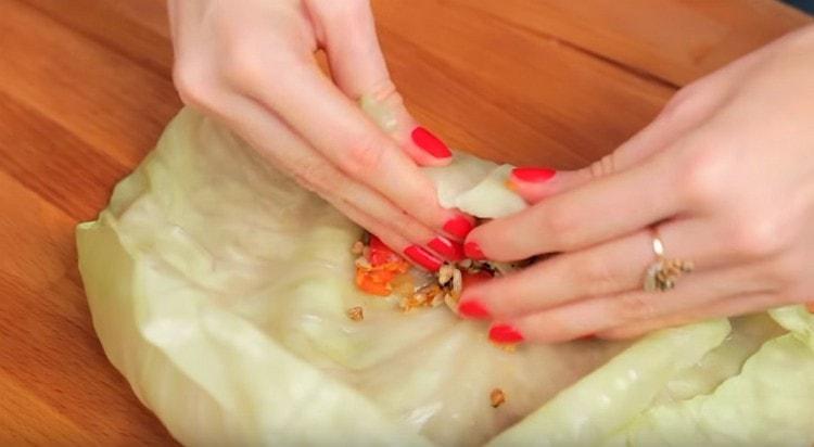 Заворачиваем порции начинки в капустные листья.