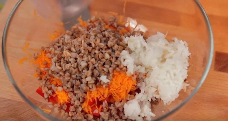 Добавляем к измельченным овощам гречку и рис.
