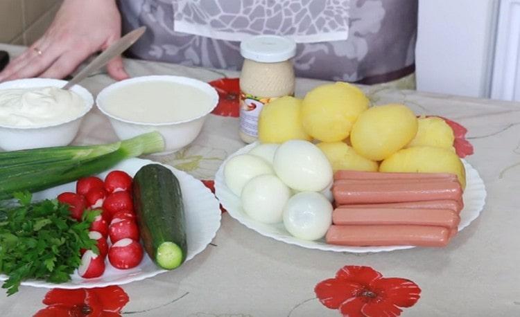 Отвариваем яйца и картошку, чистим их.