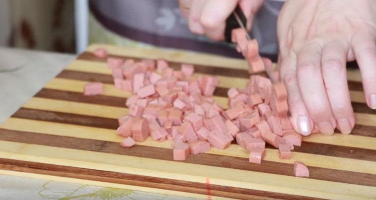 Нарезаем сосиски.
