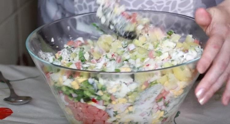 Заправляем блюдо сметаной, перемешиваем.