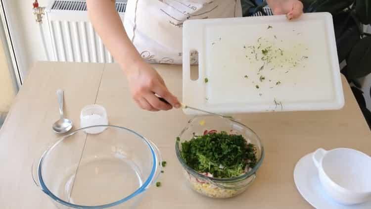 Для приготовления окрошки нарежьте зелень