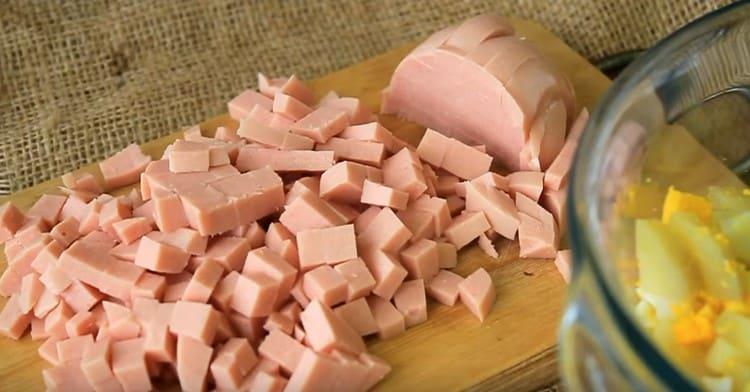 Режем кубиком вареную колбасу.