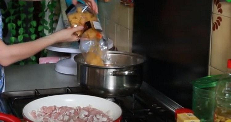 Высыпаем макароны в кипящую подсоленную воду, варим.