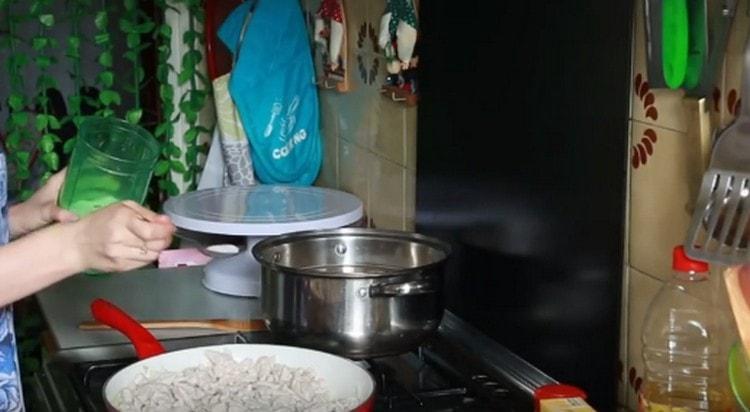 Добавляем лук на сковороду, солим блюдо.