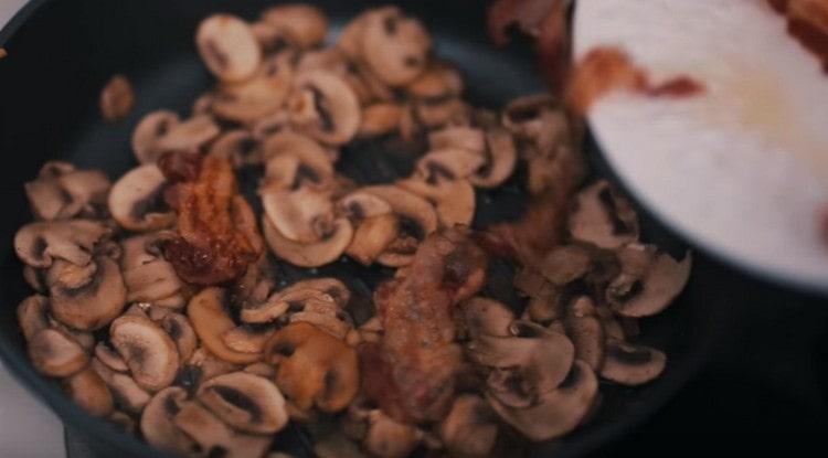 В одной сковороде соединяем бекон и грибы.