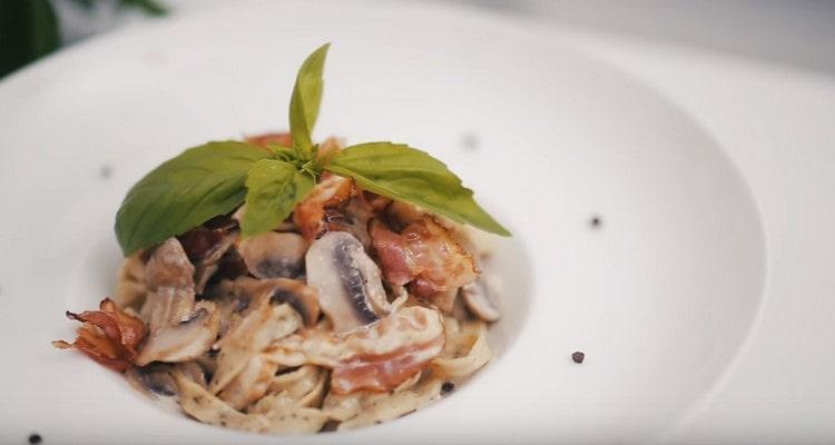При подаче блюдо можно украсить базиликом.
