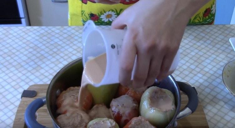 Полученным соусом заливаем перцы в кастрюле.