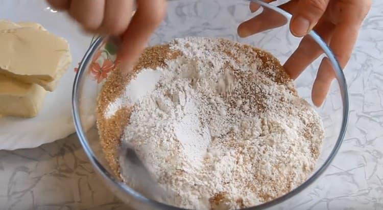 Муку перемешиваем с разрыхлителем и сахаром.