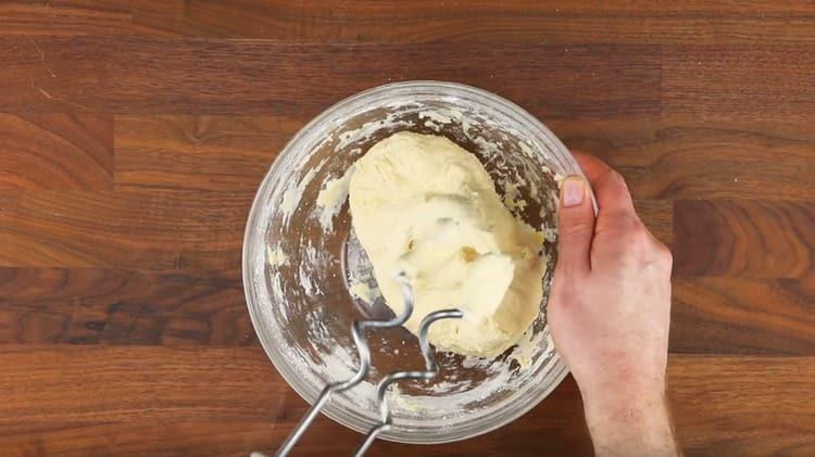 Замешиваем тесто.