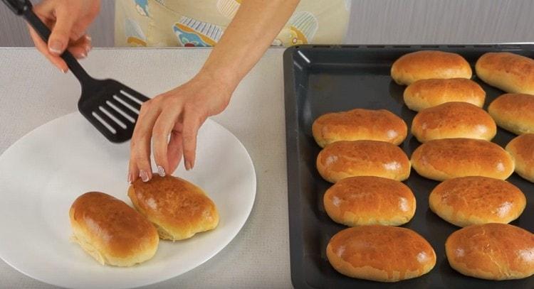 Ароматные пирожки с мясом готовы.