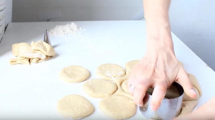 При помощи формочки выдавливаем круглые пончики.