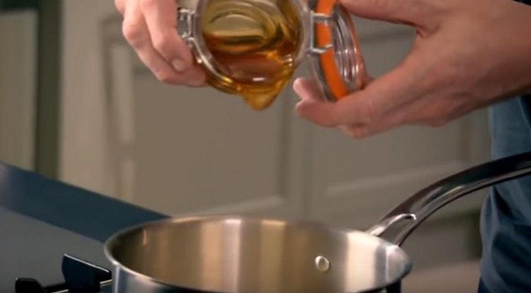 Нагреваем сливки с медом.
