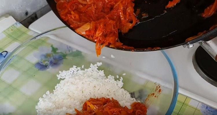 Половину овощной заправки добавляем к рису.