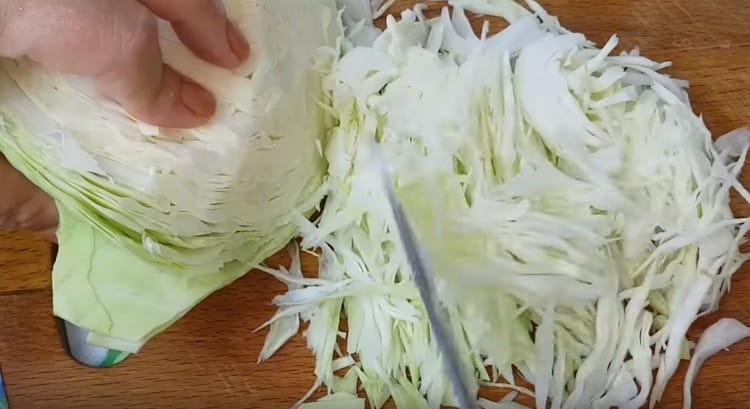 Шинкуем тонко капусту.