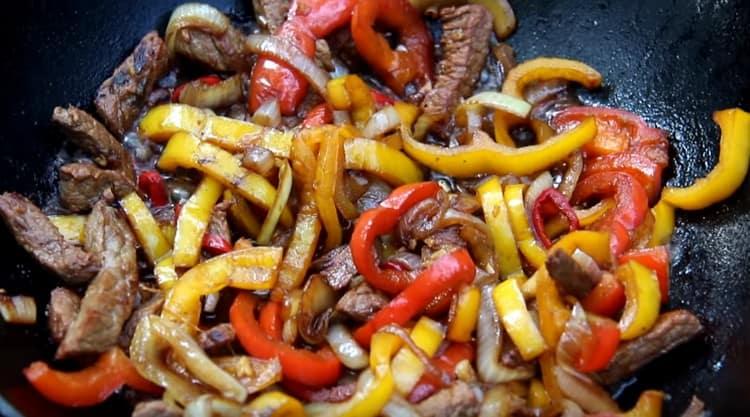 Готовим овощи с мясом еще несколько минут и выключаем.