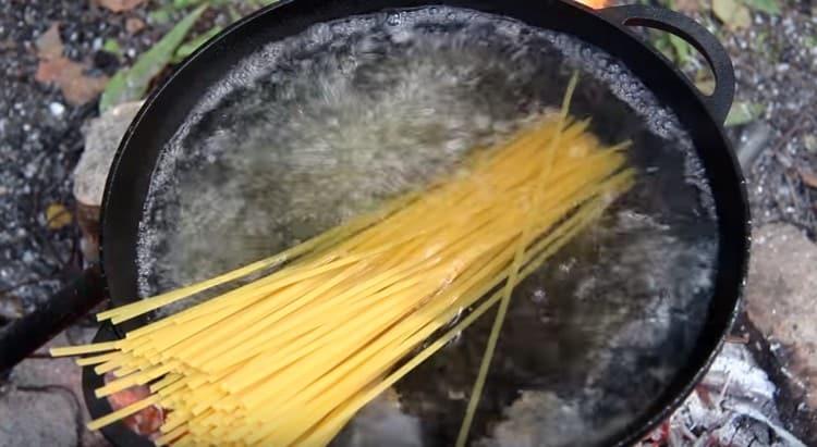 Варим пшеничную лапшу.