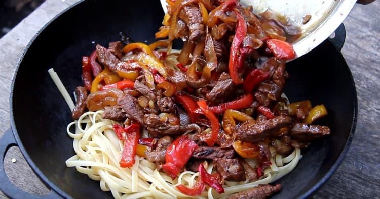 Готовую лапшу соединяем с овощами и мясом.