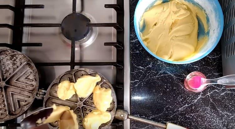 Выкладываем в ячейки вафельницы тесто и закрываем ее.