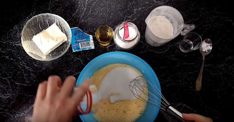 Добавляем к яйцам сахар и снова взбиваем.