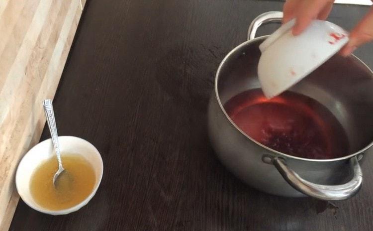 Помещаем в кастрюлю компот, сок, а также сахар.