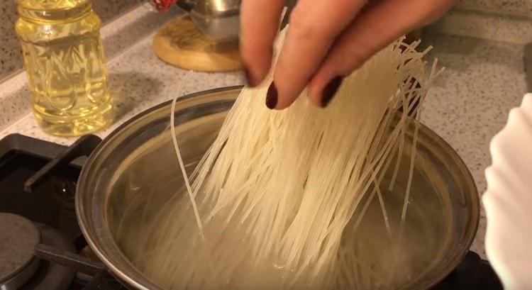 Отвариваем до готовности рисовую лапшу.