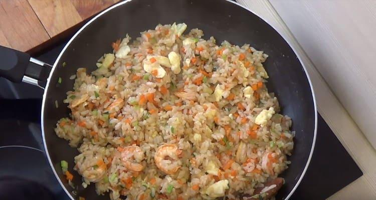Перемешиваем, и рис с креветками и овощами готов к подаче на стол.