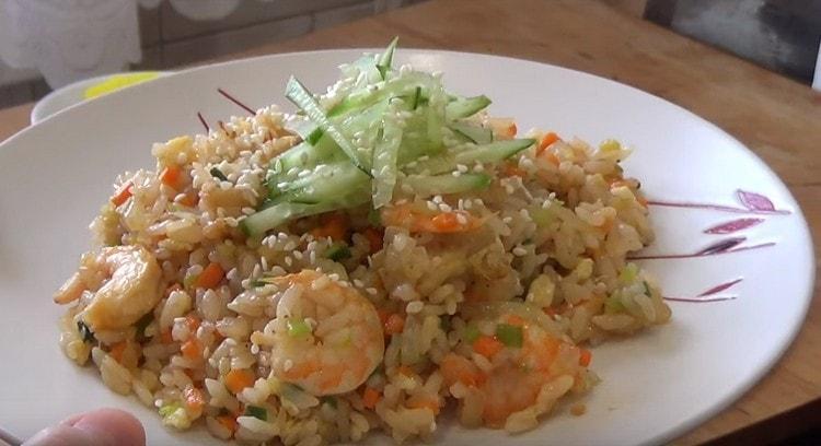 При подаче блюдо можно дополнительно посыпать кунжутом.