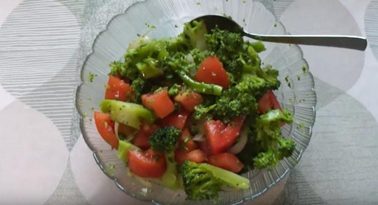 Аппетитный салат из брокколи готов.