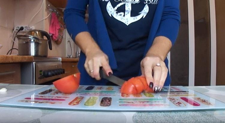 Нарезаем помидоры.